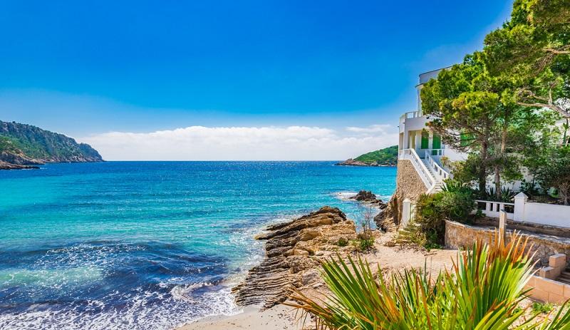 Für viele junge Menschen ein Traumziel: Ein Sommerpraktikum im Urlaub am Mittelmeer absolvieren und nach der Arbeit den Strand genießen. (#1)
