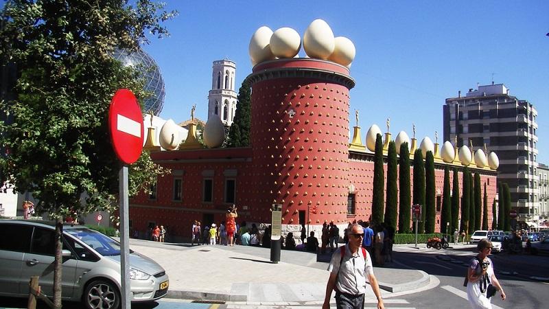 Figueres ist nur 15 km von der französischen Grenze und rund 20 km vom Mittelmeer entfernt. Kulturbegeisterte Reisende sind hier besonders gut aufgehoben.
