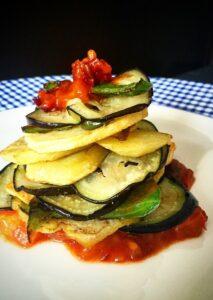 Der Gemüseauflauf Tumbet ist eine der mallorquinischen Spezialitäten. Auf Speisekarten in Hotels habe ich ihn noch nicht entdeckt. Das ist sehr schade.  Unser Glückshotel Mallorca werden wir zwar buchen aber dann zu unserer kulinarischen Expedition zwangsläufüg verlassen müssen. (#3)
