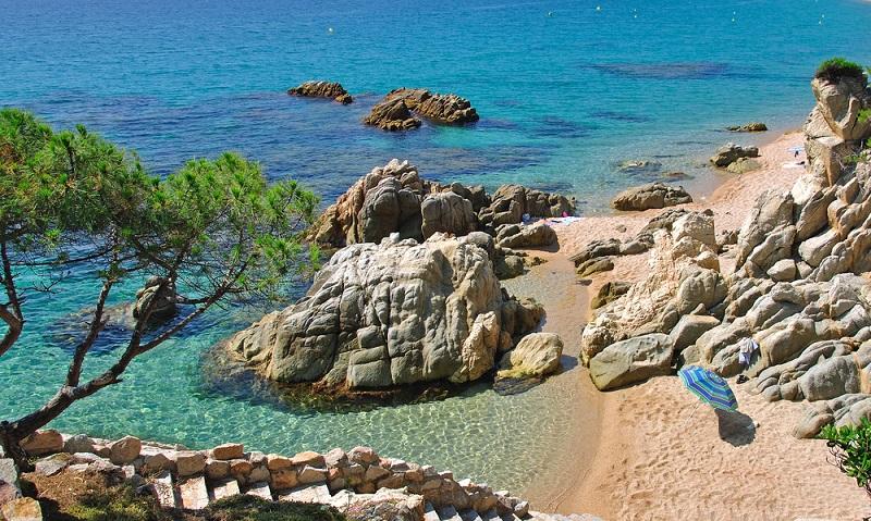 Die katalonische Küste bietet tolle und günstige Ziele am Mittelmeer, die sich für Singles und Paare ebenso eignen wie zur Abifahrt oder Abschlussreise nach dem Studium.