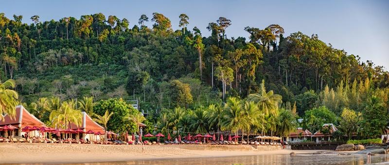 Der Nang Thong Beach ist ganze 12 Kilometer lang und liegt vor prächtiger Regenwaldkulisse.