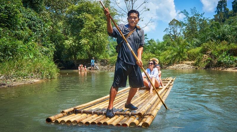Khao Lak ist bei Deutschen sehr beliebt. Daher findet man im Süden Thailands auch viele deutsche Unternehmen, wie Reiseveranstalter, Händler, Restaurantbesitzer und Vermittler für ein Ferienhaus oder ein Hotelzimmer.