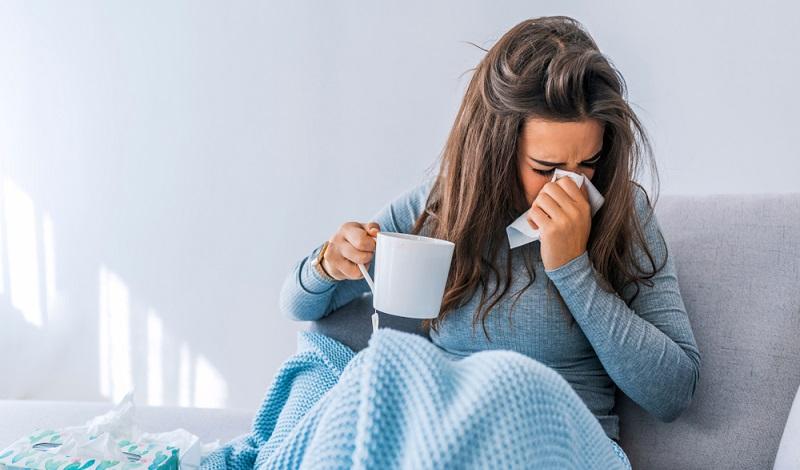 Um den Anspruch auf die Urlaubstage zu behalten, meldet sich der Arbeitnehmer direkt krank und legt ein ärztliches Attest vor.