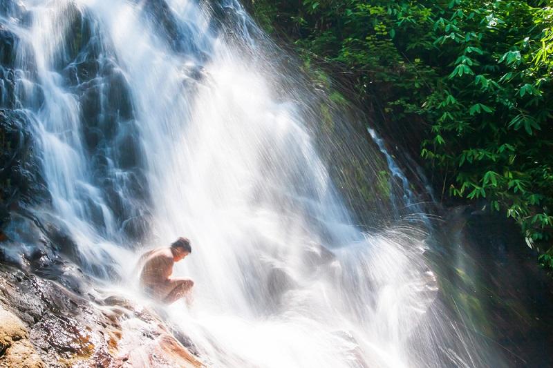 In den Naturschutzgebieten, wie dem Khao Lak Lamru Nationalpark, stürzen sich Wasserfälle eindrucksvoll in die Tiefe und münden oftmals in natürlichen Pools. (#07)