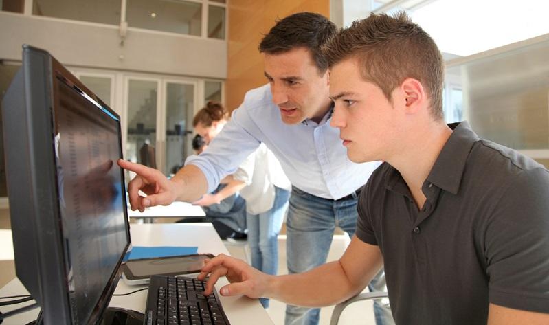 Verschiedene Tätigkeiten im Bereich Forschung, Verwaltung und Service können von den Schülern eigenständig ausgeübt werden, wobei ihnen natürlich immer ein erfahrener Mitarbeiter der UFZ zur Seite steht. ( Foto: Shutterstock-ESB Professional )