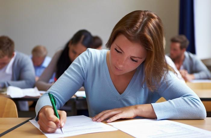 Die Prüfungsfragen sind durchaus eine Hürde zur SAP Zertifizierung. Je nach Weiterbildungsinstitut gelingt die Vorbereitung auf die Prüfung besser, was eine Wiederholungsprüfung erspart. (Foto: shutterstock - Robert Kneschke)
