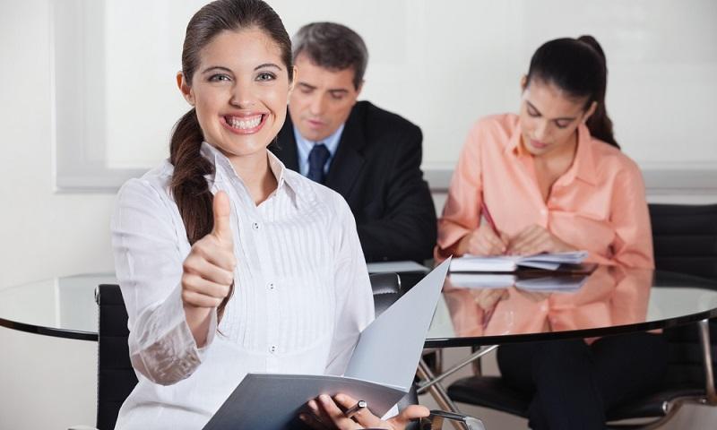 Zeugnisse und andere Nachweise über bestimmte Qualifikationen sind besonders wichtig und haben in der Regel Einfluss auf die Vergabe der Stelle. ( Foto: Shutterstock-  Robert Kneschke )