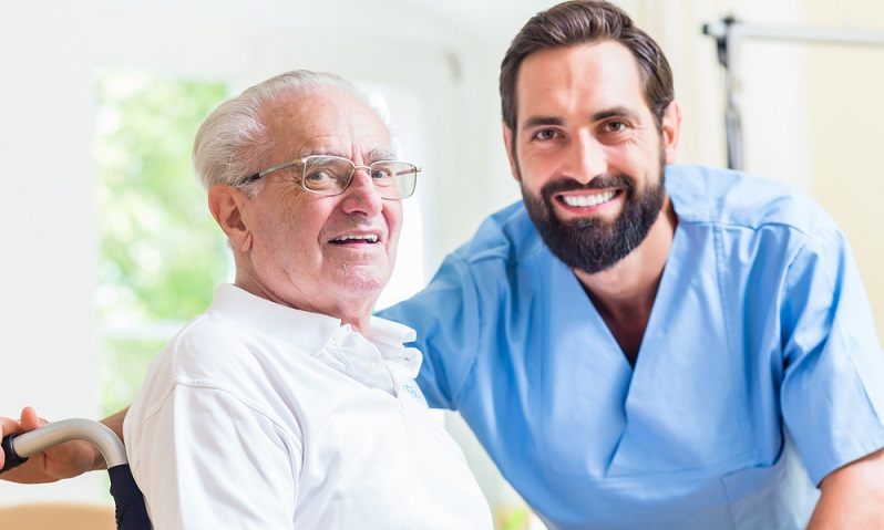 Sowohl Männer als auch Frauen sind in der Pflege tätig. ( Foto: Shutterstock-Kzenon)