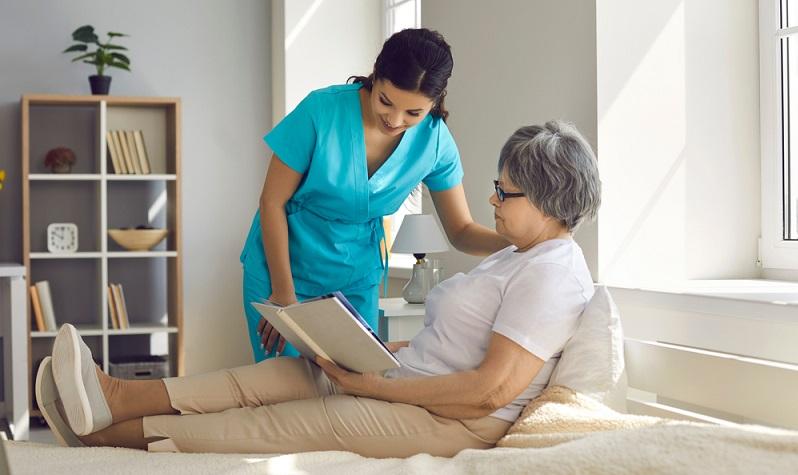 Generalistische Pflegeausbildung dauert drei Jahre ( Foto: Shutterstock-Studio Romantic )