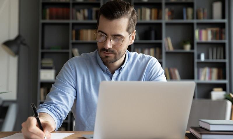 Einen Karriereplan erstellen heißt auch das Für und Wider aufzuschreiben. ( Foto: Shutterstock-fizkes)